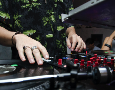 Adviseur, auteur en blogger Denis Doeland en Mark van Bergen van danceplatform This Is Our House (TIOH) pleiten al langer om de bekende DJ Top 100 te vervangen voor een nieuwe, meer op feiten gebaseerde ranglijst. Ze zijn dan ook blij en trots dat ze met TIOH nu zelf met zo'n lijst voor de dag mogen komen.