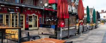 Koninklijke Horeca Nederland (KHN) riep horecaondernemers op om dinsdag hun terrassen te openen.