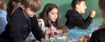 Kunstwerken die kinderen uit de Reeshof voor de bakfietsjuf maken komen in pakketjes en worden verkocht op het Spruit Festival, een heus kindertheaterfestival.