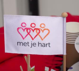 Stichting Met je hart werkt samen met huisartsen, mensen die werken in de zorg en buurtbewoners. Deze partners hebben zicht op kwetsbare ouderen die eenzaamheid ervaren.