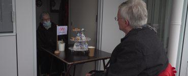 Stichting Met je hart is begonnen met het uitdelen van kerstpakketten aan eenzame ouderen. Ook kwam burgemeester Weterings mee om een paar ouderen een bezoekje te brengen en te vragen hoe het met ze gaat.