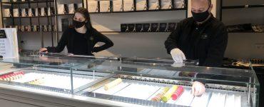 De nieuwe ijswinkel die gevestigd is in de Frederikstraat verkoopt naast ijs onder meer chocolade en macarons. De opening van de zaak zou donderdag zijn, maar gezien de gelekte maatregelen besloot ondernemer Edwin van Steenis om nog snel de laatste uurtjes dat de winkels mogen open zijn mee te pakken.