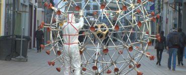 In maart begon kunstenaar Tim Hobbelman met een kunstwerk in de vorm van een coronavirus en nu is het eindelijk klaar om gepresenteerd te worden.