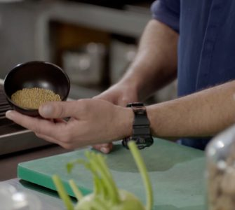 De Tilburgse kok Koos de Wolf opende in de eerste lockdown een ijsjeszaak. Nu dat de zomer voorbij is begint hij met workshops vegetarisch koken.