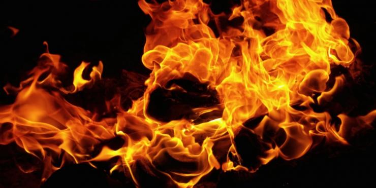 De brandweer heeft moeite met het blussen van een brandende auto die geparkeerd staat aan de Statenlaan, doordat er brandstof lekt uit een brandstoftank. Want de vlammen laaien dus steeds weer op.