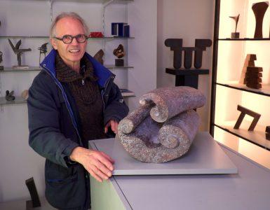 Als je over de Noordhoekring loopt, zou je niet zeggen dat daar een atelier van een beeldhouwer te vinden is. Toch bevindt zich hier de werkplaats van beeldhouwer Niko de Wit. Inmiddels zit de kunstenaar al 50 jaar in het vak.