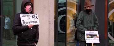 Voor de vijftigste werkdag op rij stonden demonstranten voor het stadhuis te protesteren tegen de komst van het nieuwe bedrijventerrein Wijkevoort. Ondanks dat de beslissing dat het terrein er komt al genomen is, blijven de demonstranten zeker tot de landelijke verkiezingen protesteren.
