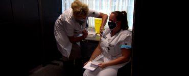Woensdag 6 januari werd Sanna Elkadiri, die in een verpleeghuis in Boxtel werkt, als allereerste persoon van Nederland ingeënt tegen corona. Dat gebeurde in Veghel. Ook in het Elizabeth-Tweesteden Ziekenhuis kreeg personeel het coronavaccin toegediend.