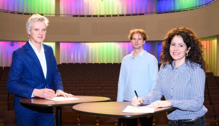 Meer vernieuwende klassieke muziek in de concertzaal van Theaters Tilburg: dat is de gezamenlijke ambitie van Kamerata Zuid en Theaters Tilburg. Op 19 januari ondertekenden Rob van Steen, directeur van het theater en Marieke Machado-Veekens, zakelijk leider van het orkest, een deal.