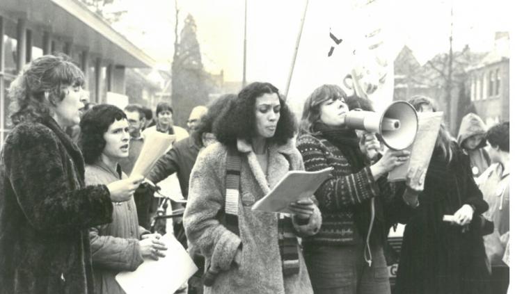 De eerste feministische golf, in Nederland van 1870 tot 1920, heeft geleid tot stemrecht voor vrouwen en recht op betaald werk en onderwijs. Na de tweede feministische golf (1970-1990) leek de strijd gestreden. Maar een nieuwe generatie van jonge feministen is nog steeds klaar voor die strijd.