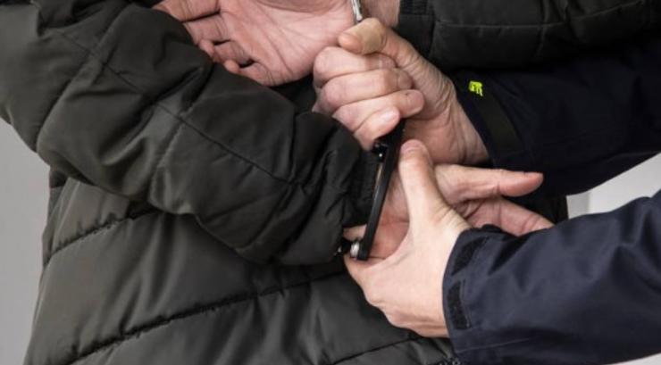 TILBURG - Politiemensen hielden in de nacht van woensdag op donderdag rond 00:10 uur een 43-jarige man aan voor een poging tot beroving. Enkele minuten eerder probeerde hij op het Burgemeester Stekelenburgplein een vrouw te beroven. De man zit vast.