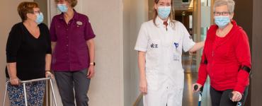 Patiënten die een nieuwe knie of heup nodig hebben, worden weer geopereerd in het ETZ. Na hun operatie verlaten ze het ziekenhuis en revalideren ze in behandelcentrum De Wever | De Hazelaar.
