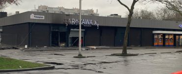 """""""Ik ben heel verdrietig. De politie is lui. Er is helemaal niks gebeurd"""", vertelt de eigenaar van de Poolse supermarkt die binnen volledig verwoest is door de brand die na een explosie ontstond."""