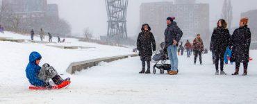 Sinds kort zien de straten wit, en dat gaat nog wel even duren, en er is sneeuwpret. Ondanks de kou is het druk in de stad, zoals in het Spoorpark.