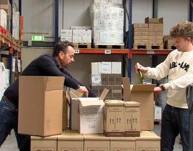 Vrijdag begon de verkoop van de Horeca Surprise Box. Ondernemer Huub van den Muijsenbergh zit met flessen die nu in boxen worden verpakt. Een deel van de opbrengst gaat naar de horeca.