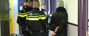 Twee mannen van 23 en 26 jaar die zouden hebben gevochten zijn 1 februari aangehouden. Toen bedreigden zij agenten.