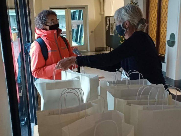 De deuren van de Afhaalbieb mogen 'op een kier' voor mensen die boeken willen ophalen. Er zijn afgelopen jaar bij Bibliotheek Midden-Brabant al ruim 26.000 boeken uitgeleend.