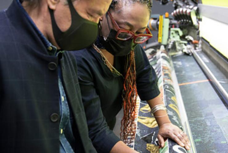 Sinds kort heeft het TextielLab in het TextielMuseum een nieuwe weefmachine. Met zijn breedte van 3,5 meter opent deze nieuwe mogelijkheden voor kunstenaars en ontwerpers.