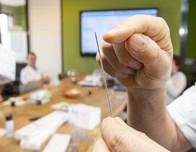 Neurochirurgen in het ETZ hebben als eerste in de Benelux een nieuwe generatie elektroden in het hoofd van een Parkinsonpatiënt ingebracht.