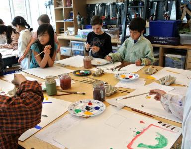 Inge Koenen gaat met kinderen uit Tilburg-West verhalen van buurtbewoners vertalen naar kunstwerken die de buurt omtoveren tot een museum.