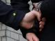Een agent trekt zijn vuurwapen als een man hem op straat met een mes bedreigt. De Tilburger is aangehouden en is ingesloten.