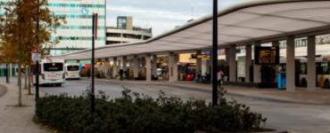 Agenten houden een vrouw aan na weigering om, ondanks meerdere keren te zijn gewezen op de mondkapjesplicht, het servicepunt van een busbedrijf te verlaten.