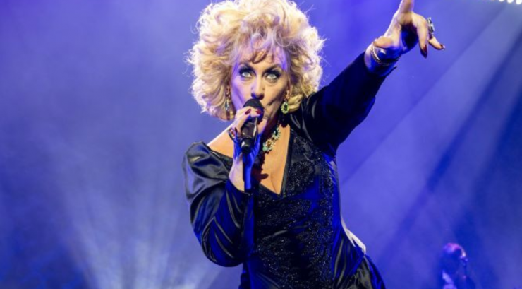 In haar show 'Souvenirs' haalt Karin Bloemen de bezem door haar huis, en op 10 juni is het mee te maken in de schouwburg van Theaters Tilburg.