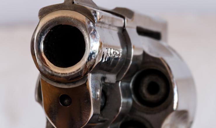 De politie hield dinsdag twee mannen aan op een parkeerterrein aan het Van Hogendorpplein. In hun auto werd een geladen vuurwapen gevonden.