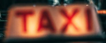Bij een schietincident in een taxi schoot een passagier met een vuurwapen in het dashboard.