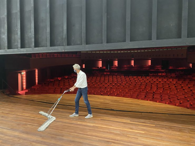 Directeur Rob van Steen zorgt voor een schoon podium