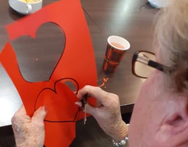 Tijdens de Week van dementie kunnen bezoekers van bibliotheek LocHal een geschreven hartje ophangen aan de 'dementieboom'.