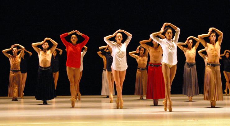 Introdans bestaat 50 jaar en viert dit live met àlle dansers en met de zangers van de groep Assurdin de Tilburgse schouwburg.