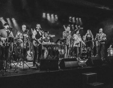 Heyhoef gaat weer beginnen met de 'Muziekfabriek'. Op zondag 31 oktober is de eerste editie dus weer gratis bij te wonen. Een editie met de Heyhoef-BackUP Band en met gastoptredens van muzikanten uit de regio.