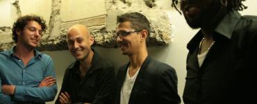 Pianist/componist Randal Corsen komt van Curaçao naar Nederland en blaast specaal voor de gelegenheid zijn band Symbiosis nieuw leven in. Ze geven een try-out in Paradox.